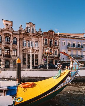 Gelbe portugiesische Gondel mit traditionellen Häusern in Aveiro, Portugal von Michiel Dros