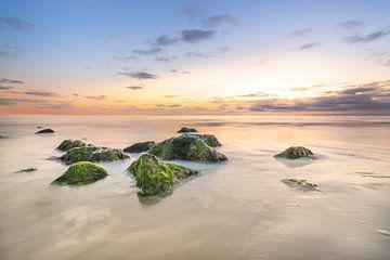 Strand van Ameland bij zonsondergang van Peter Heeling
