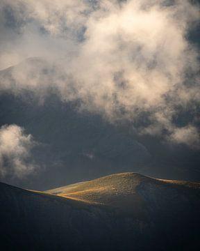 Detail van het mooie lichtspel op de bergen van de Franse Alpen.