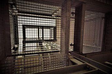 Perspektivische Absorption einer industriellen Metalltreppe von Maud De Vries