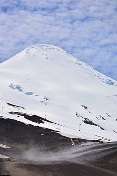 Verschneiter Berggipfel in Puerto Varas, Chile von Bianca Fortuin
