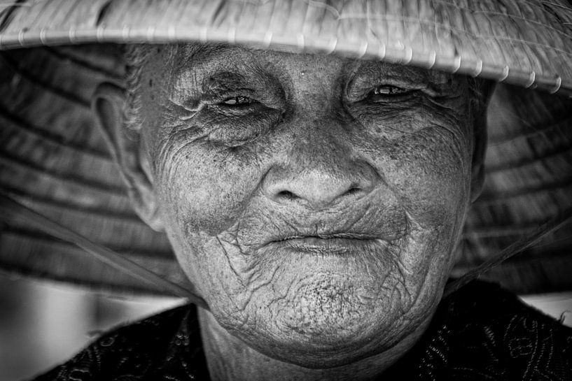 Zwart wit portret Vietnamese vrouw van Ellis Peeters