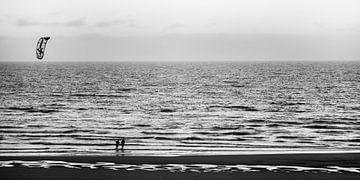 Kitesurfers op het strand van Bart Rondeel