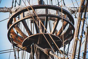 Kraaiennest in de mast van een oude zeilboot van