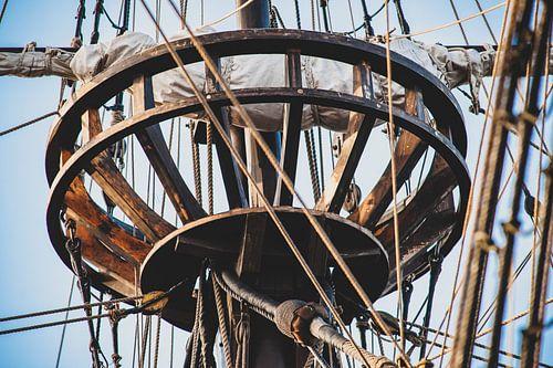 Kraaiennest in de mast van een oude zeilboot