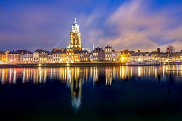 Skyline de Deventer à la rivière IJssel pendant une froide soirée d'hiver sur Sjoerd van der Wal