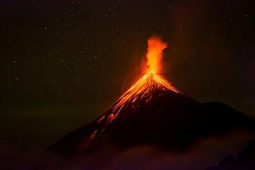 Vulkaanuitbarsting van de lava supwende actieve Fuego vulkaan in Guatemala van Michiel Dros