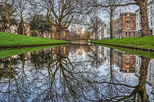 Rotterdam: spiegeling in de Westersingel van