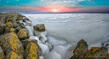 Een winterse zonsopgang vanaf een pier in de Markerwaard van Peter de Jong