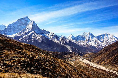 Amazing view of high Himalayan peaks, looking down into the valley. van Joris de Bont