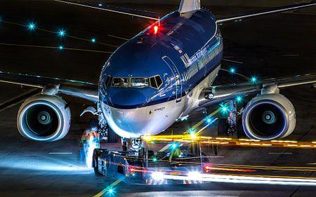 Nachtfoto vliegtuig pushback