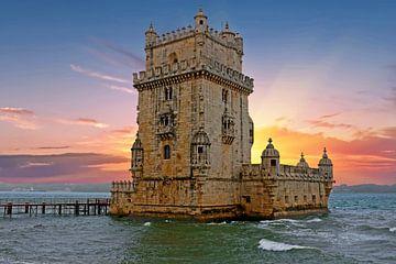 Turm von Belem in Lissabon Portugal bei Sonnenuntergang von Nisangha Masselink