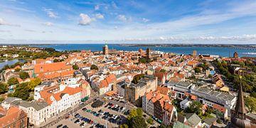 Oude stad van Stralsund en de Strelasund van Werner Dieterich