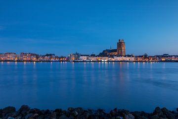 Dordrecht in het blauwe uur von Ilya Korzelius