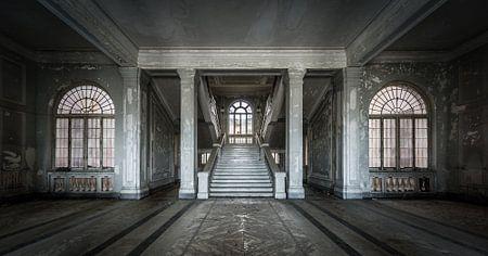 Grote hal met trap en ramen van Inge van den Brande