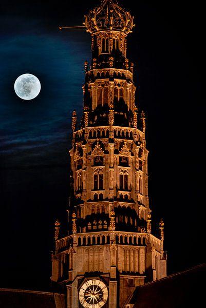 Pleine lune à côté de la grande église de Haarlem sur Arjen Schippers