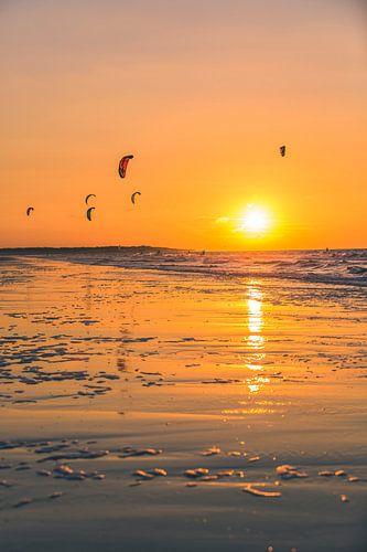 Zonsondergang Kitesurfen op Vrouwenpolder 2 van Andy Troy