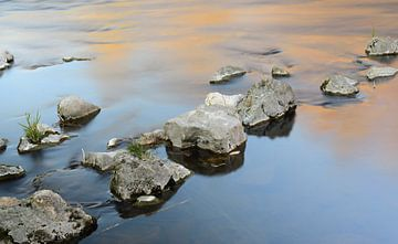 Im ruhigen Wasser liegen große Steine von Ulrike Leone