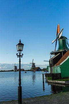 Een typische molen op de Zaanse Schans in Noord-holland van Mike Bot