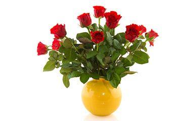 Blumenstrauss aus roten Rosen in gelber Vase von Ivonne Wierink