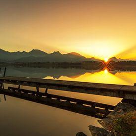Idyllischer Steg im Sonnenuntergang von Frank Herrmann