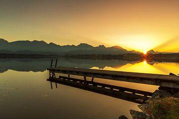 Idyllischer Steg im Sonnenuntergang
