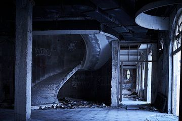 Lobby in door oorlog verwoest  hotel van Karel Ham