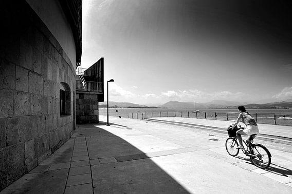 Fietser in landschap, Spanje (zwart-wit)
