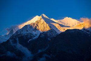 Alpenglow op de Walliser Alpen, Zwitserland
