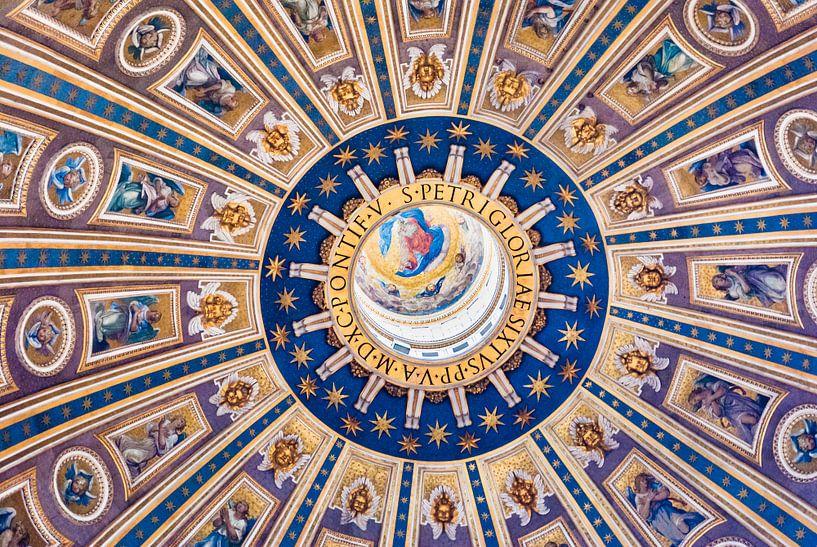 Gedecoreerd plafond van de  Sint-Pietersbasiliek van Fotografiecor .nl