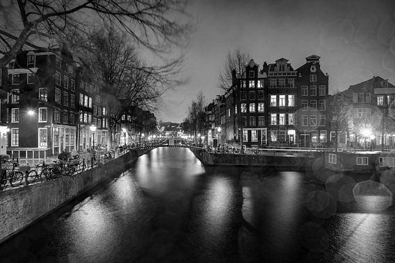 Amsterdam op een regenachtige avond (zwartwit) van Jacqueline de Groot