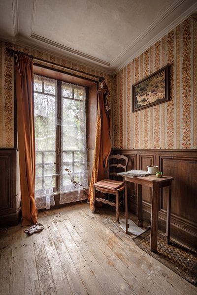 Tisch und Stuhl am Fenster von Inge van den Brande
