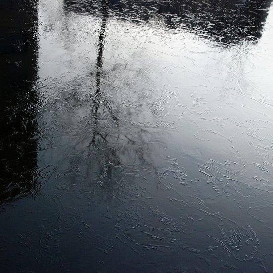 Stadse boom reflectie in bevroren water