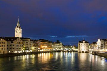 Zurich in de avond met rivier de Limmat van Dennis van de Water