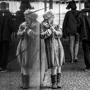 Vrouw en spiegelbeeld von Hans Verduin