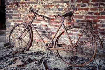 Vervallen fiets in schuur van