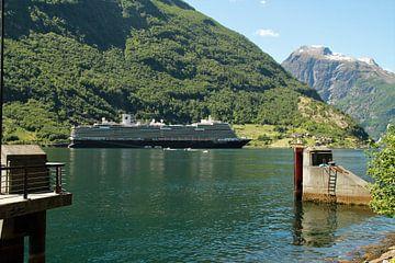 Cruiseschip HAL MS Koningsdam in Geirangerfjord, Noorwegen van