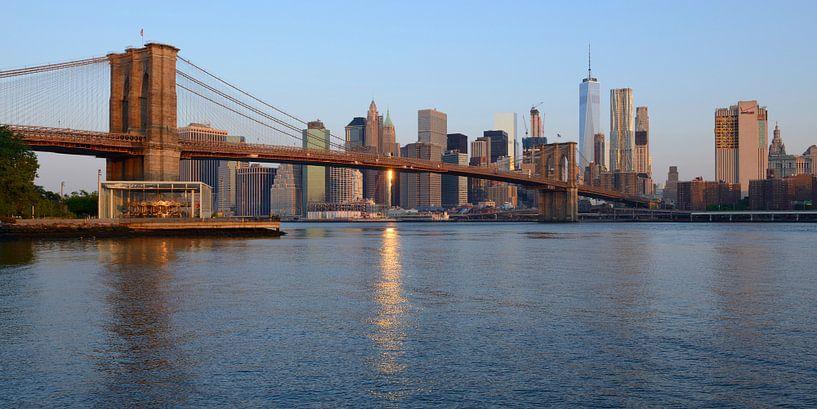 Brooklyn Bridge in New York vlak na zonsopkomst, panorama van Merijn van der Vliet