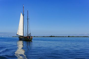 Zeilschip op het IJsselmeer van Alice Berkien-van Mil