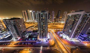 Dubai, Nachtfoto mit langsamer Verschlusszeit von Inge van den Brande
