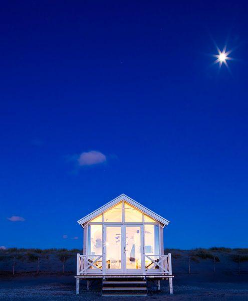 Haags Strandhuisje bij maanlicht van Maurice Haak