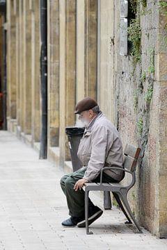 Rokende meneer alleen op een bankje. von Maren Oude Essink