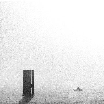 Vissersbootje in de mist van Jacqueline Koster