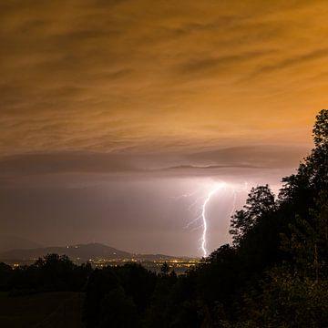 Onweersbui over Salzburg van Denis Feiner