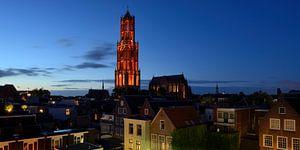 Stadsgezicht met oranje Domtoren in Utrecht