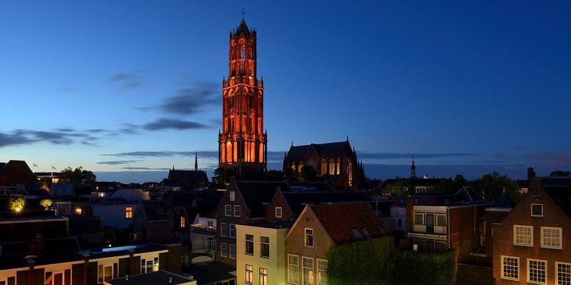 Stadsgezicht met oranje Domtoren in Utrecht van Donker Utrecht