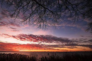 Ondergaande zon boven een meer