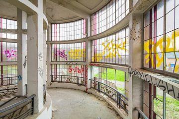 Urbex-Gebäude mit Fenstern und Graffiti von Ger Beekes