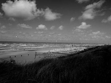 Kitesurfers in Zandvoort van Jan van de Laar