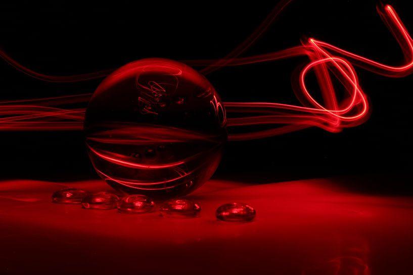 Glazen bol (ART/Kunst) rood van Fotografie Sybrandy